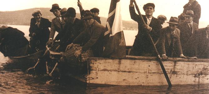 - Figura 15. Barcone di Isola Polvese. Semina di avannotti di coregone, 5 febbraio 1937. Si notino le cuciture con grappe di ferro presenti tra le tavole della sponda.cProprietà foto Famiglia Danesi, Castiglione del Lago.