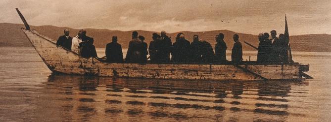 """- Figura 12. Barcone di Isola Polvese. Semina di avannotti di coregone, 5 febbraio 1937. Dal visione di fianco emerge la notevole lunghezza dell'imbarcazione, la prua molto rilevata con le caratteristiche """"orecchie"""" emergenti alla base e alla sommità. Proprietà foto Famiglia Danesi, Castiglione del Lago."""