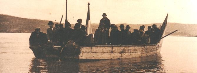 - Figura 13. Barcone di Isola Polvese. Semina di avannotti di coregone, 5 febbraio 1937. Si noti come la poppa sia molto bassa. Proprietà foto Famiglia Danesi, Castiglione del Lago.